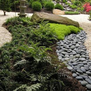 Idée de décoration pour un grand jardin avant asiatique l'hiver avec une exposition partiellement ombragée et du gravier.