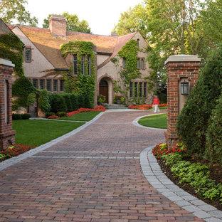 Ejemplo de acceso privado borde del césped, clásico, en patio delantero, con adoquines de ladrillo