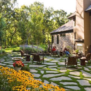 Cette image montre un jardin traditionnel avec une cheminée.