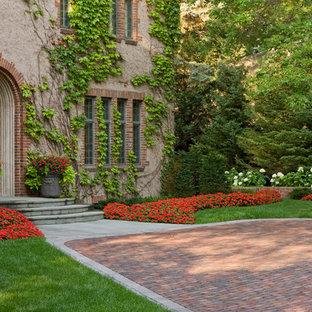 Klassischer Vorgarten mit Pflasterklinker und Blumenbeet in Minneapolis