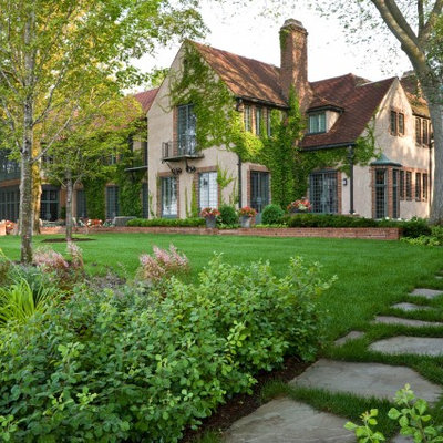 Design ideas for a traditional backyard landscaping in Minneapolis.