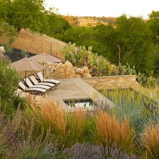 Неиссякаемый источник вдохновения для домашнего уюта: большой садовый фонтан на заднем дворе в средиземноморском стиле с покрытием из каменной брусчатки