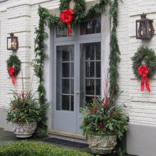 Idee per un giardino tradizionale esposto a mezz'ombra di medie dimensioni e davanti casa in inverno con un giardino in vaso e pavimentazioni in pietra naturale