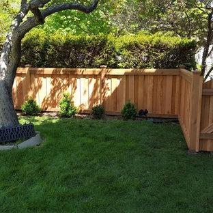 Стильный дизайн: большой участок и сад на заднем дворе в классическом стиле с полуденной тенью и покрытием из каменной брусчатки - последний тренд