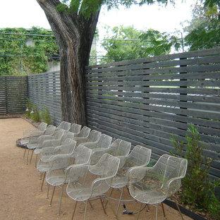 Foto de jardín tradicional, de tamaño medio, en primavera, en patio trasero, con muro de contención y exposición total al sol