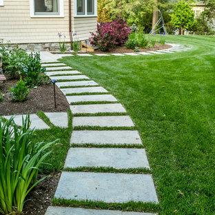 ボストンの大きい、夏のトランジショナルスタイルのおしゃれな前庭 (庭への小道、半日向、コンクリート敷き) の写真