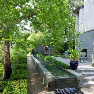 Inspiration för en funkis trädgård, med en fontän och trädäck