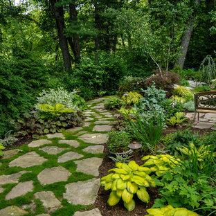 Пример оригинального дизайна интерьера: тенистый участок и сад в классическом стиле с покрытием из каменной брусчатки