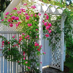 Kleiner Klassischer Garten mit Gartenweg in Toronto