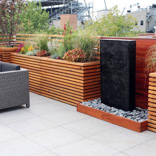 Immagine di un piccolo giardino formale design esposto in pieno sole sul tetto con fontane e pavimentazioni in pietra naturale