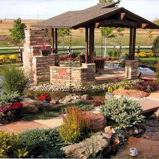 Großer Moderner Vorgarten mit Kamin, direkter Sonneneinstrahlung und Natursteinplatten in Denver