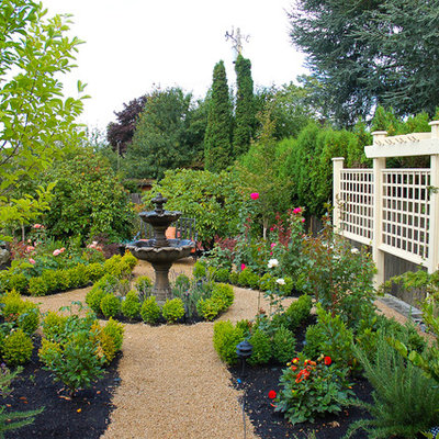 Inspiration for a mid-sized traditional full sun backyard gravel landscaping in Seattle.
