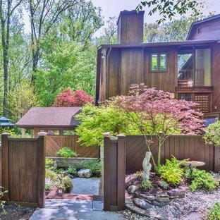 Immagine di un ampio giardino etnico esposto a mezz'ombra in cortile con un ingresso o sentiero