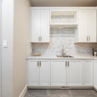 Inspiration för en stor vintage vita l-formad vitt tvättstuga enbart för tvätt, med en nedsänkt diskho, skåp i shakerstil, vita skåp, bänkskiva i koppar, grå väggar, betonggolv, en tvättmaskin och torktumlare bredvid varandra och grått golv