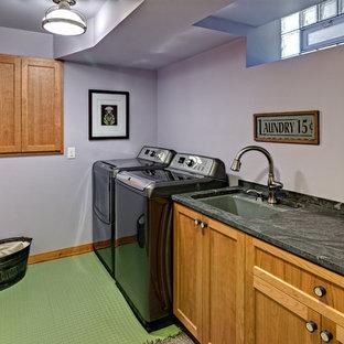 Immagine di una sala lavanderia stile americano di medie dimensioni con lavello sottopiano, ante in stile shaker, ante in legno chiaro, top in granito, pareti viola, lavatrice e asciugatrice affiancate, pavimento verde e top multicolore