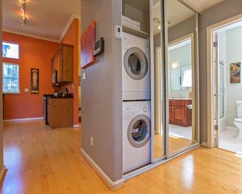 Hauswirtschaftsraum mit bambusparkett und waschmaschinenschrank