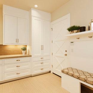Bild på en mellanstor vintage beige l-formad beige tvättstuga enbart för tvätt, med en nedsänkt diskho, luckor med infälld panel, vita skåp, beige väggar, beiget golv, bänkskiva i koppar och klinkergolv i porslin