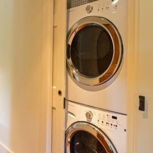 Inredning av en liten tvättstuga, med tvättmaskin och torktumlare byggt in i ett skåp