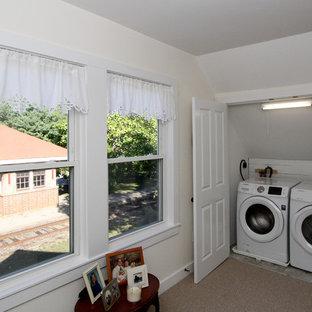 Ispirazione per un ripostiglio-lavanderia con pareti bianche, moquette e lavatrice e asciugatrice affiancate
