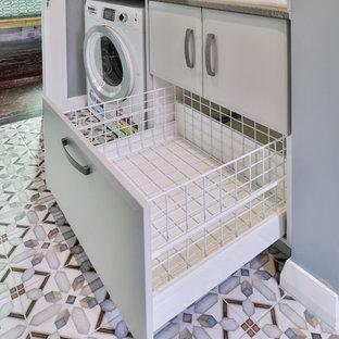 Esempio di una piccola lavanderia chic con lavello a doppia vasca, ante con bugna sagomata, ante grigie, top in quarzo composito, pavimento in legno verniciato, pavimento rosso e top grigio