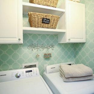 На фото: прачечная в стиле модернизм с зелеными стенами и со стиральной и сушильной машиной рядом с