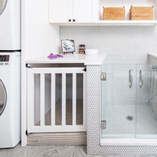 Idéer för funkis parallella vitt grovkök, med luckor med upphöjd panel, vita skåp, bänkskiva i kvarts, klinkergolv i porslin, en tvättpelare och grått golv