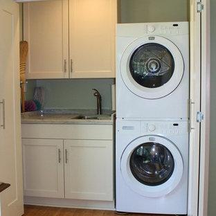 Idee per un grande ripostiglio-lavanderia classico con lavello sottopiano, ante in stile shaker, ante bianche, top in quarzite, pareti verdi, pavimento in bambù e lavatrice e asciugatrice a colonna