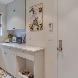 Idéer för att renovera en liten retro grå parallell grått tvättstuga enbart för tvätt, med släta luckor, grå skåp, bänkskiva i kvarts, grå väggar, klinkergolv i keramik, en tvättpelare och blått golv