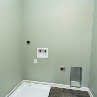 Foto di una piccola sala lavanderia tradizionale con pareti verdi, pavimento in ardesia e lavatrice e asciugatrice affiancate