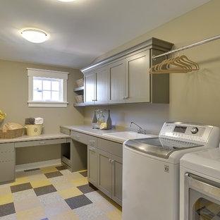Ispirazione per una lavanderia classica con lavello da incasso e pavimento multicolore