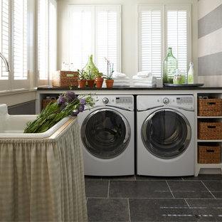 Esempio di una lavanderia chic con pavimento grigio
