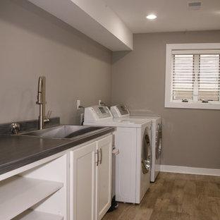 Exempel på en modern tvättstuga, med grå väggar och vinylgolv