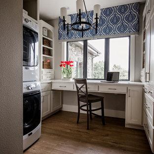 Inspiration för lantliga u-formade grovkök, med skåp i shakerstil, beige skåp, mörkt trägolv, en tvättpelare, brunt golv och grå väggar