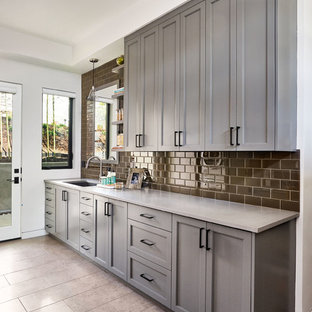 Inspiration för stora moderna parallella grovkök, med en undermonterad diskho, skåp i shakerstil, grå skåp, bänkskiva i betong, vita väggar och klinkergolv i porslin