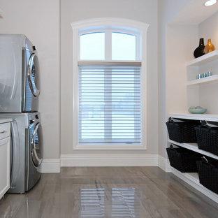 Idéer för en amerikansk linjär tvättstuga enbart för tvätt, med en enkel diskho, skåp i shakerstil, vita skåp, grå väggar, klinkergolv i keramik och en tvättpelare