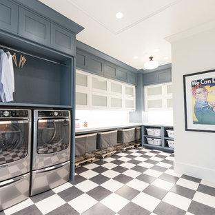Idéer för att renovera en mycket stor vintage u-formad tvättstuga enbart för tvätt, med en rustik diskho, skåp i shakerstil, grå skåp, marmorbänkskiva, en tvättmaskin och torktumlare bredvid varandra och flerfärgat golv