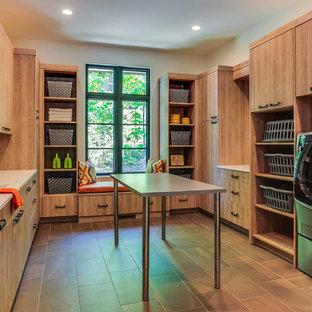 Idéer för mycket stora funkis u-formade vitt grovkök, med en undermonterad diskho, släta luckor, skåp i ljust trä, bänkskiva i kvartsit, en tvättmaskin och torktumlare bredvid varandra, brunt golv, beige väggar och klinkergolv i porslin