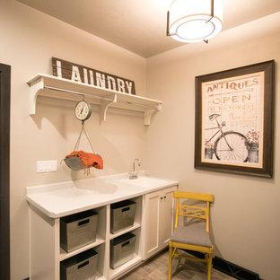Foto på ett lantligt linjärt grovkök, med en nedsänkt diskho, skåp i shakerstil, vita skåp, bänkskiva i koppar och en tvättmaskin och torktumlare bredvid varandra