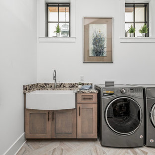 Idee per una grande lavanderia multiuso country con lavello stile country, ante in stile shaker, ante grigie, top in granito, pareti bianche, pavimento con piastrelle in ceramica, lavatrice e asciugatrice affiancate, pavimento multicolore e top bianco