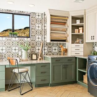 Пример оригинального дизайна: п-образная универсальная комната в стиле модернизм с врезной раковиной, фасадами в стиле шейкер, зелеными фасадами, гранитной столешницей, бежевыми стенами, полом из керамогранита, со стиральной и сушильной машиной рядом, коричневым полом и разноцветной столешницей