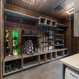 Ispirazione per una lavanderia multiuso stile marinaro di medie dimensioni con ante lisce, ante in legno scuro, paraspruzzi in legno, pareti marroni, lavatrice e asciugatrice affiancate, pavimento grigio, top beige, soffitto in legno e pareti in legno