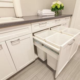 Esempio di una sala lavanderia stile americano con lavello da incasso, ante in stile shaker, ante bianche, top in laminato, pareti grigie, pavimento in gres porcellanato, lavatrice e asciugatrice affiancate, pavimento grigio e top grigio