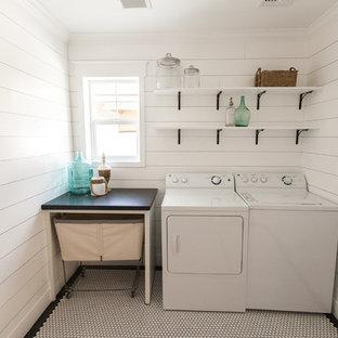 Idéer för att renovera en maritim linjär tvättstuga, med granitbänkskiva, vita väggar, en tvättmaskin och torktumlare bredvid varandra och vitt golv