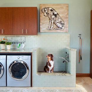 Rustikaler Hauswirtschaftsraum in L-Form mit flächenbündigen Schrankfronten, Waschmaschine und Trockner nebeneinander, beigem Boden und beiger Arbeitsplatte in Denver