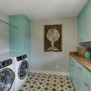 Inspiration för mellanstora lantliga parallella brunt grovkök, med en nedsänkt diskho, skåp i shakerstil, turkosa skåp, laminatbänkskiva, grå väggar, klinkergolv i keramik, en tvättmaskin och torktumlare bredvid varandra och flerfärgat golv