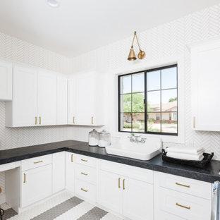 Idéer för att renovera en vintage svarta u-formad svart tvättstuga enbart för tvätt, med en nedsänkt diskho, skåp i shakerstil, vita skåp, stänkskydd i mosaik, en tvättmaskin och torktumlare bredvid varandra och flerfärgat golv