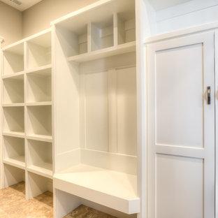 Exemple d'une buanderie parallèle craftsman multi-usage et de taille moyenne avec un évier posé, un placard à porte shaker, des portes de placard blanches, un plan de travail en stratifié, un mur gris, un sol en vinyl, des machines côte à côte et un sol beige.