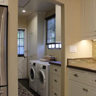 Inredning av en klassisk mellanstor parallell tvättstuga enbart för tvätt, med luckor med profilerade fronter, vita skåp, bänkskiva i kvarts, beige väggar, korkgolv, en tvättmaskin och torktumlare bredvid varandra och brunt golv