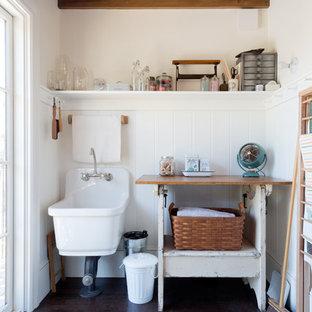 Свежая идея для дизайна: маленькая отдельная прачечная в стиле кантри с одинарной раковиной, деревянной столешницей, белыми стенами, темным паркетным полом и бежевой столешницей - отличное фото интерьера