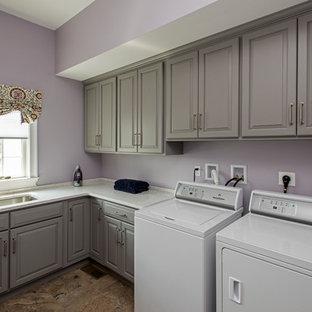 Ispirazione per una sala lavanderia tradizionale di medie dimensioni con lavello sottopiano, ante con bugna sagomata, ante grigie, top in quarzo composito, pareti rosa, pavimento con piastrelle in ceramica, lavatrice e asciugatrice affiancate, pavimento multicolore e top bianco
